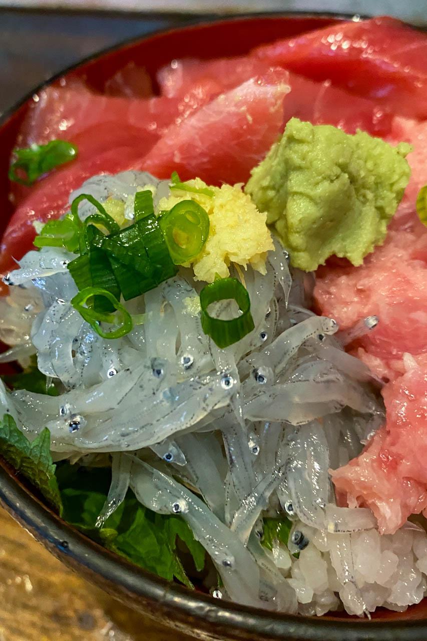 沼津港ふみの マグロとネギトロ丼生シラストッピングノーマルご飯(not酢飯)