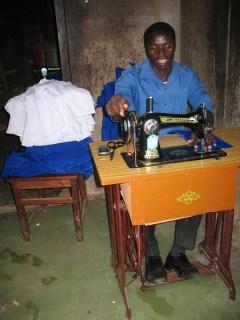 Der zukünftige Schneidermeister in seiner Werkstatt