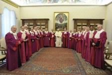 El Papa Benedicto XVI posa durante una reunión con los miembros de Rota Romana en el Vaticano