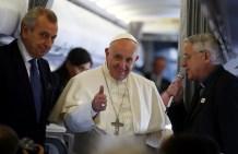Francisco da un pulgar hacia arriba junto al padre Lombardi durante su vuelo a Turquía