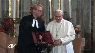 Francesco gibt Becher Lutheraner