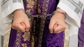 Priester in Handschellen