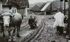 prêtre qui bénit les paysans