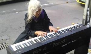 Эта женщина прожила нелегкую жизнь, но никакие испытания не смогли убить ее талант — Натали Трейлинг, история уличного музыканта...