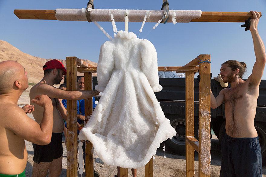 plate-v_8f14e45fceea167a5a36dedd4bea2543 | Девушка оставила платье в Мертвом море на два года... Зачем она это сделала?