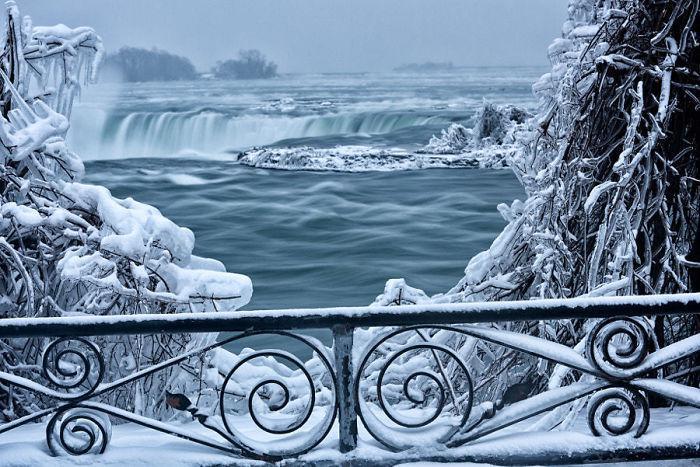 image2-15 | Замерзший Ниагарский водопад напоминает Нарнию — это просто волшебно!
