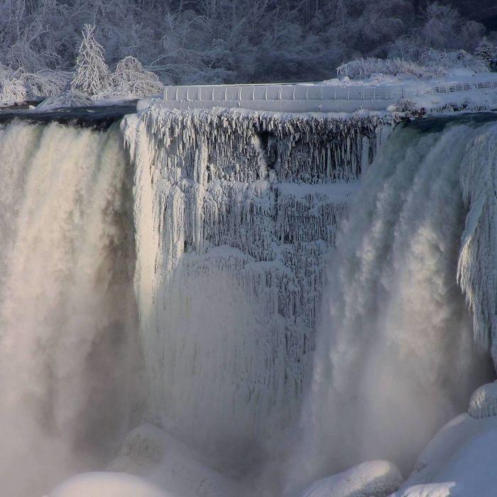image9-4 | Замерзший Ниагарский водопад напоминает Нарнию — это просто волшебно!