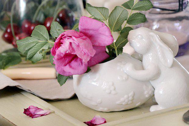 3-2-easter-table-setting-ideas-table-decoration-provence-style-porcelain-pink-flower-china-bunny   4 идеи оформления Пасхального стола в различных стилях
