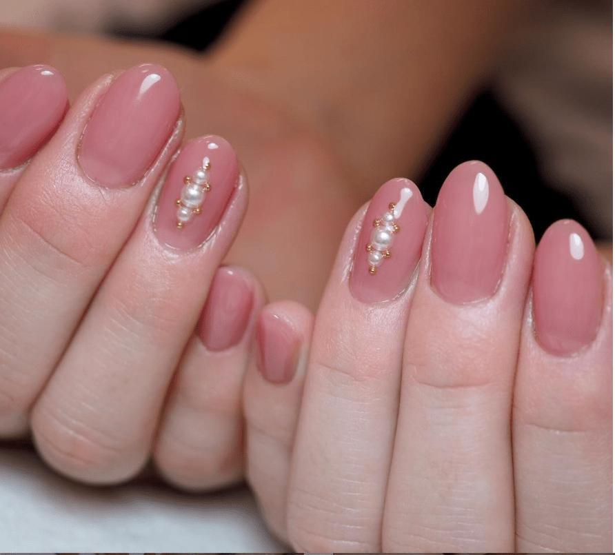 image12-6 | 16 идей розового маникюра с жемчугом на овальные ногти