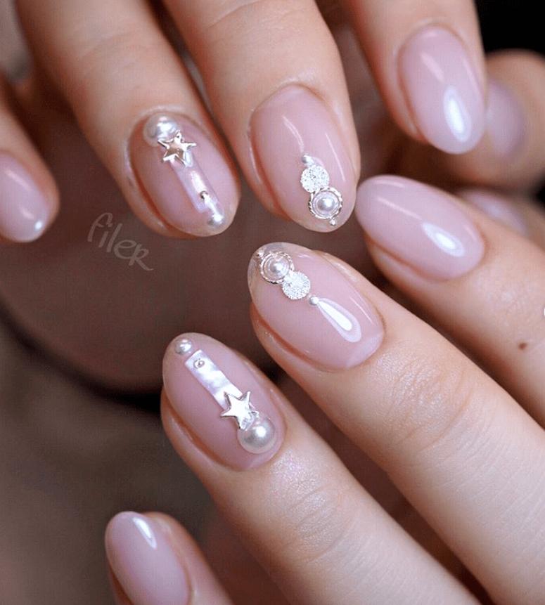 image14-6 | 16 идей розового маникюра с жемчугом на овальные ногти