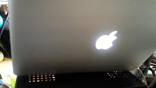 CR-LANPC1にMacBookPro13インチを乗せた