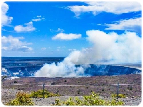 噴煙を上げるキラウエア火山を前に自然の脅威を感じ