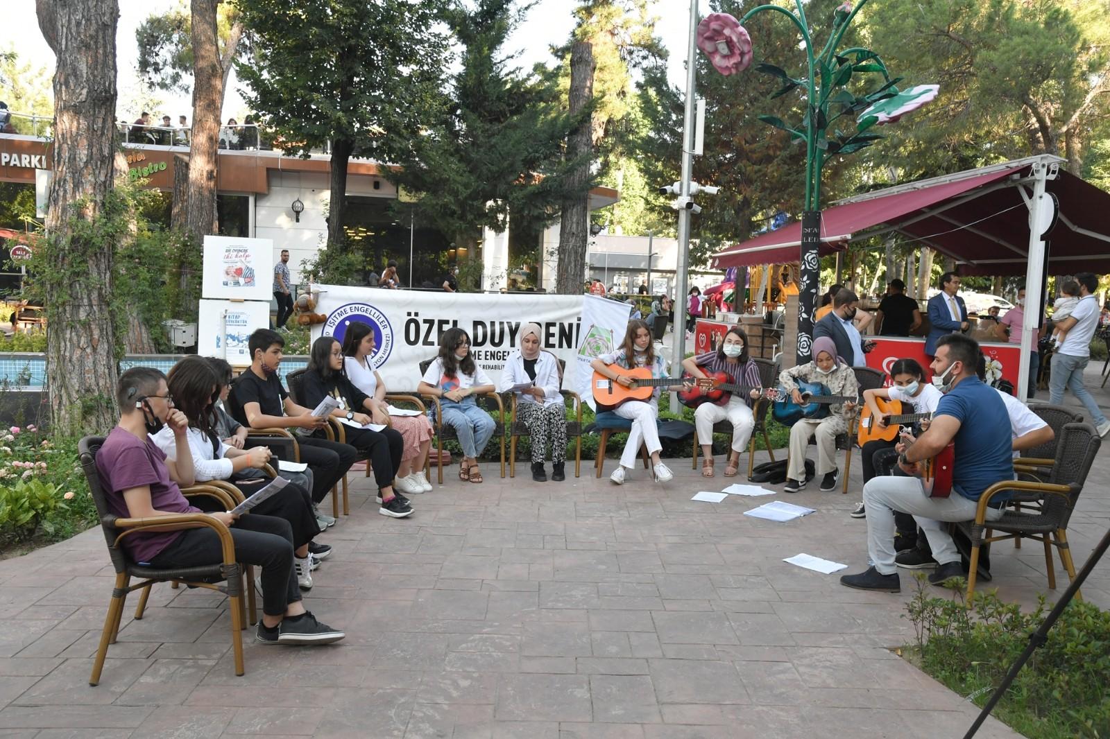 Isparta'da işitme engelli gençlerden konser