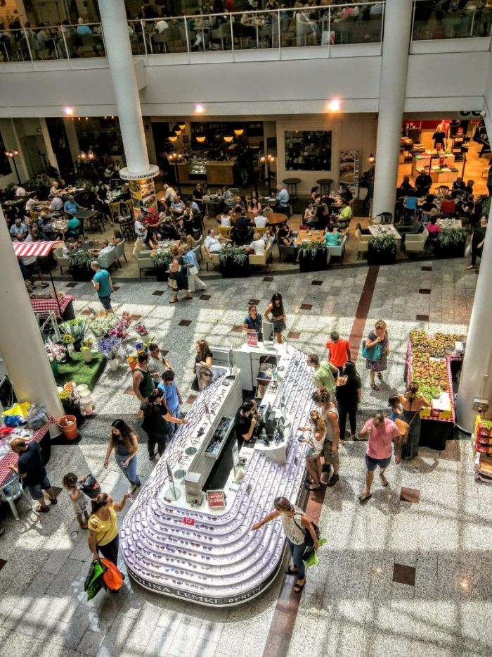 Summer heat drives Israelis to shopping malls