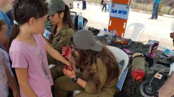 Israeli army shows fake amputated limbs, paints wounds on children for Independence Day