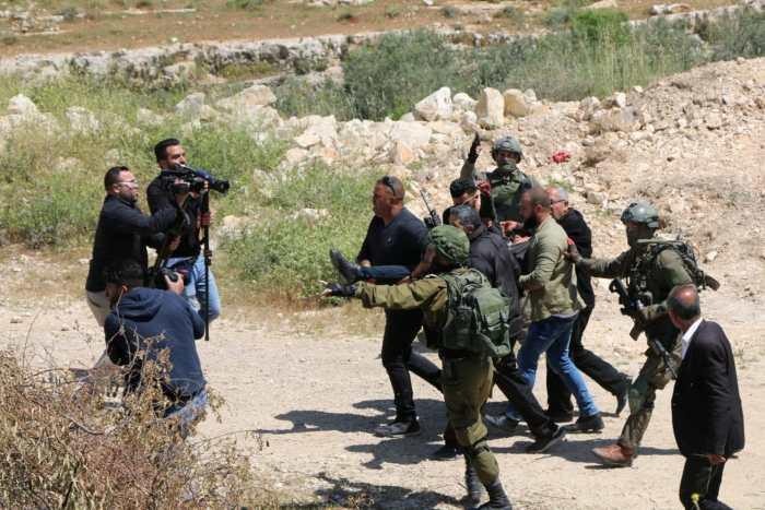 Israeli soldiers evacuate wounded Palestinian
