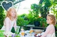 Bruidsmeisjes bij de eettafel buiten