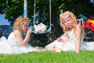 Bruidsmeisjes in het gras