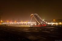 Vooraanzicht van de Melkwegbrug in Purmerend bij nacht. Ook wel bekend als 'De Bochel' Strepen van fietser