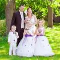bruidspaar met kinderen in het park