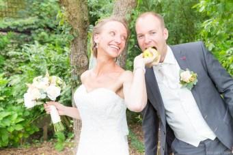 Bruidegom hapt in appel van de bruid