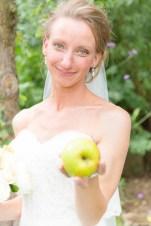 Bruid met appel in haar hand