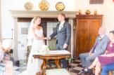 Bruid en bruidegom houden hand vast en zeggen ja-woord