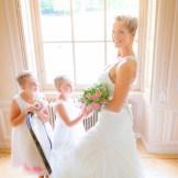 Bruidsmeisjes kijken naar bruid Carola