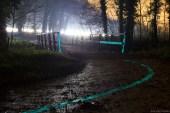 Low Light Overzichtsafbeelding van Glow in the Dark markering in Winterswijk in het bos op een fietspad