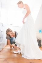 Hakschoenen van de bruid worden aan gedaan