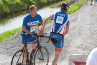 Even hulp aanbieden bij het wisselen van fietsen naar lopen