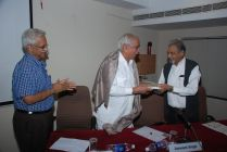 Dr. S. Settar presenting the Speaker with a token of appreciation