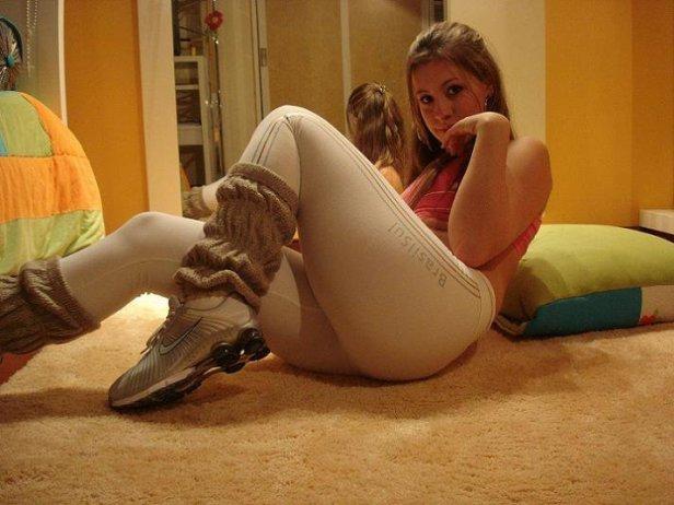 Terrible pendeja mostrando sus calzas y algo mas...