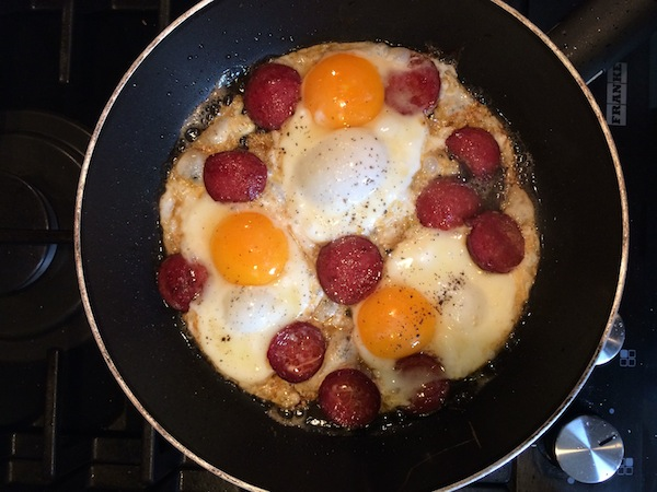Knoblauchwurst mit Eiern