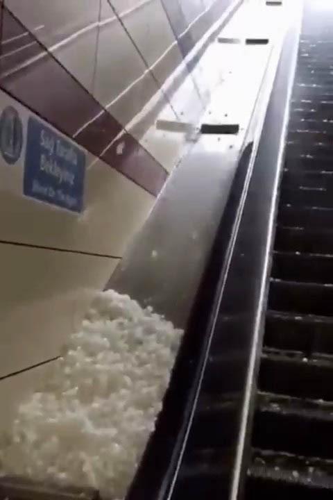 Ümraniye'de metro istasyonunun yürüyen merdivenleri dolu parçalarıyla kaplandı
