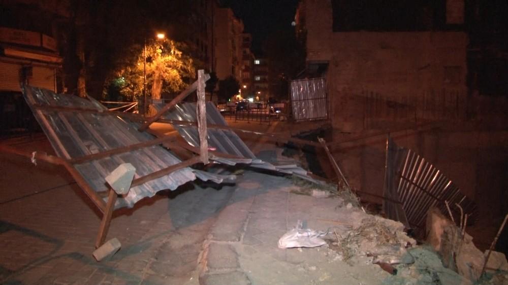 Zeytinburnu'nda kaldırım çöktü, otomobil inşaat sahasına kaydı