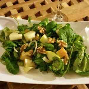 Feldsalat mit Birne, Apfel und Walnuß