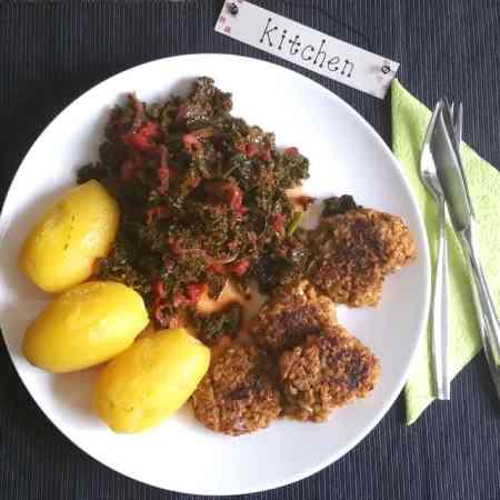Vegane Bouletten mit mediterranem Grünkohl