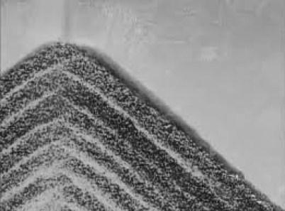 В зависимости от размера частиц, осадок формирует слои даже в «сухом» потоке
