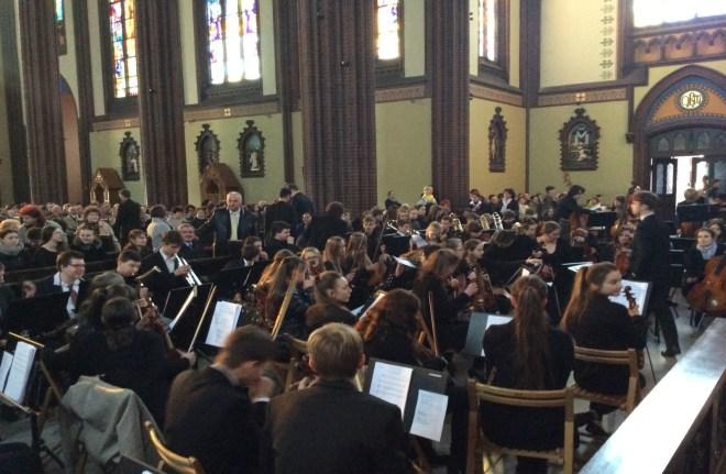 """In Polonia le chiese sono """"ancora"""" stracolme di fedeli!!"""