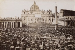 Benedizione di Pio IX in piazza San Pietro, ca. 1865 (Lazio. Immagini dalle Collezioni Alinari, Alinari, 2004, n. 16)