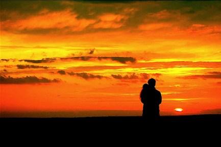 Ηλιοβασίλεμα αγκαλιά αγάπη