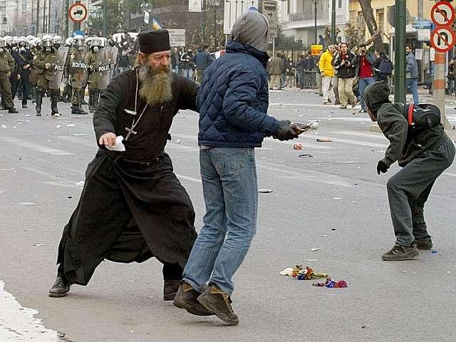 ιερέας μοναχός παπάς επεισόδια μολότωφ διαδηλωτής πορεία ματ ειρηνοποιός