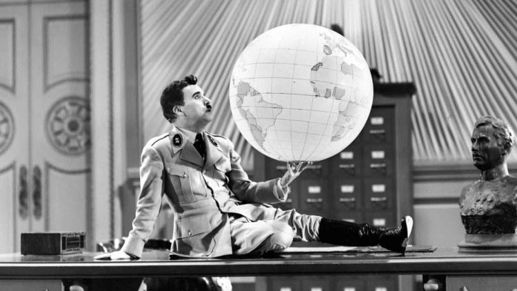 Il grande dittatore gioca col mappamondo