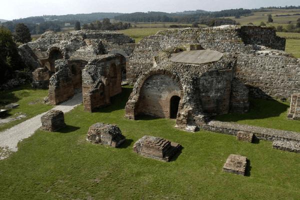 Porţi şi ziduri de apărare ale aşezării