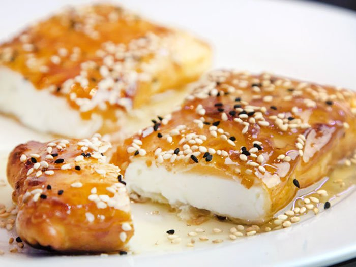 Τυρί φέτα σε φύλλο με μέλι – Φαγητό Λίμνη Πλαστήρα