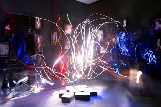 Aufruhr, Lichtmalerei im dunklen Raum von Istvan Seidel, kunst der liebe