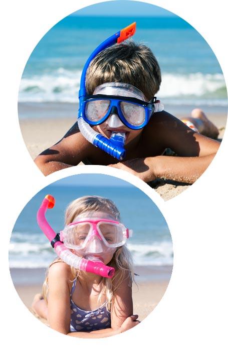 Zdjęcie składające się z dwóch obrazów, w kształcie koła. Na pierwszym zdjęciu znajduje się dziewczynka w różowej masce i rurce do nurkowania. Na pierwszym zdjęciu znajduje się dziewczynka w różowej masce i rurce do nurkowania. Na pierwszym zdjęciu znajduje się dziewczynka w różowej masce i rurce do nurkowania, Na pierwszym zdjęciu znajduje się dziewczynka w różowej masce i rurce do nurkowania. Na drugim zdjęciu znajduje się chłopiec w niebieskiej masce i rurce do nurkowania.