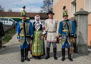 2016 március, a szetu Ülle Kauksi és Evar Ritsaar, Obinitsa polgármestere magyar huszárokkal, köztük Ampli Ferenccel, Iszkaszentgyörgy alpolgármesterével