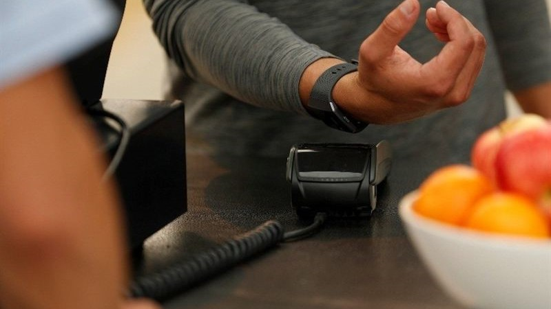 SEB och Eurocard lanserar Fitbit Pay i Sverige